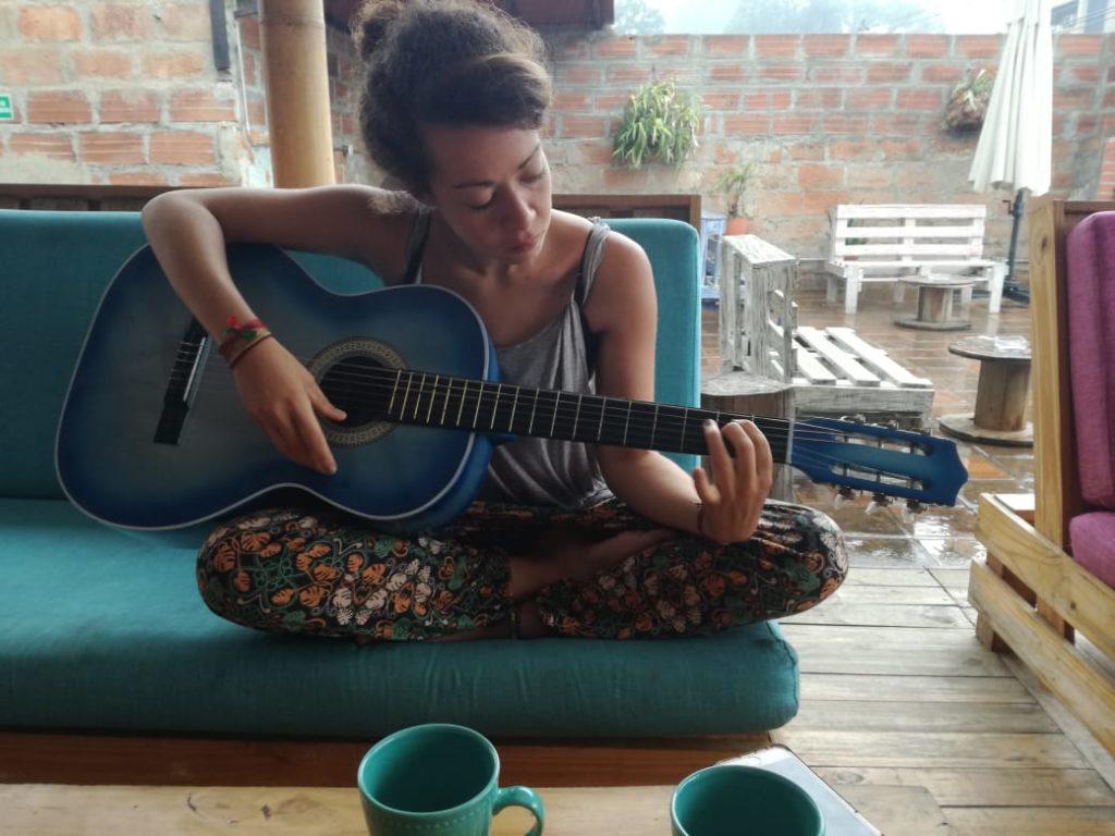 Pause guitare en helpx à Medellin